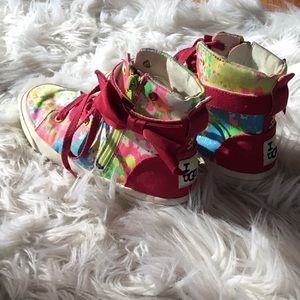 I love ❤️ UGG adorably fun hi top sneaker